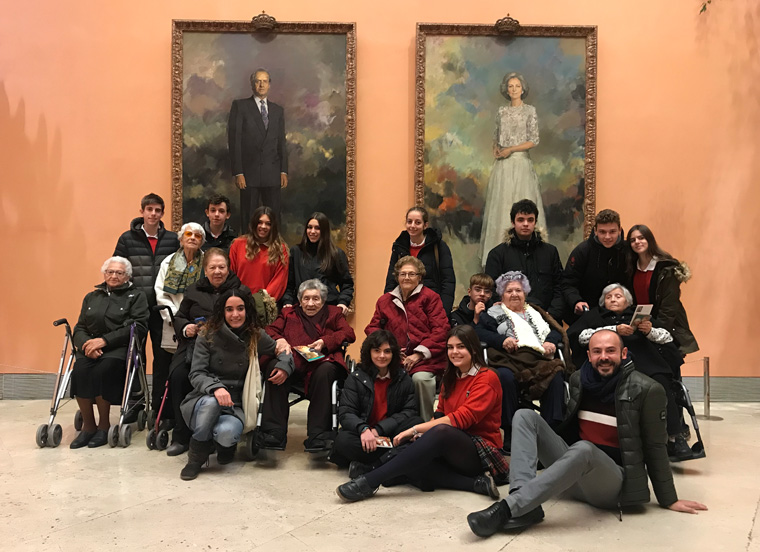 Foto de grupo de alumnos y residentes de Amma
